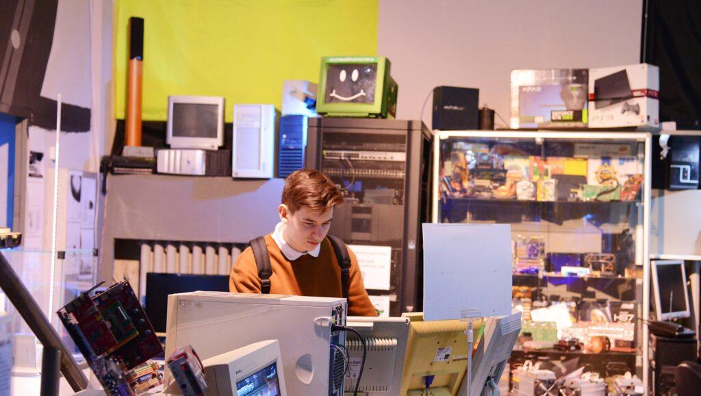 Первый зал музея компьютеров в Екатеринбурге, история серверов в Ночь музеев в Екатеринбурге