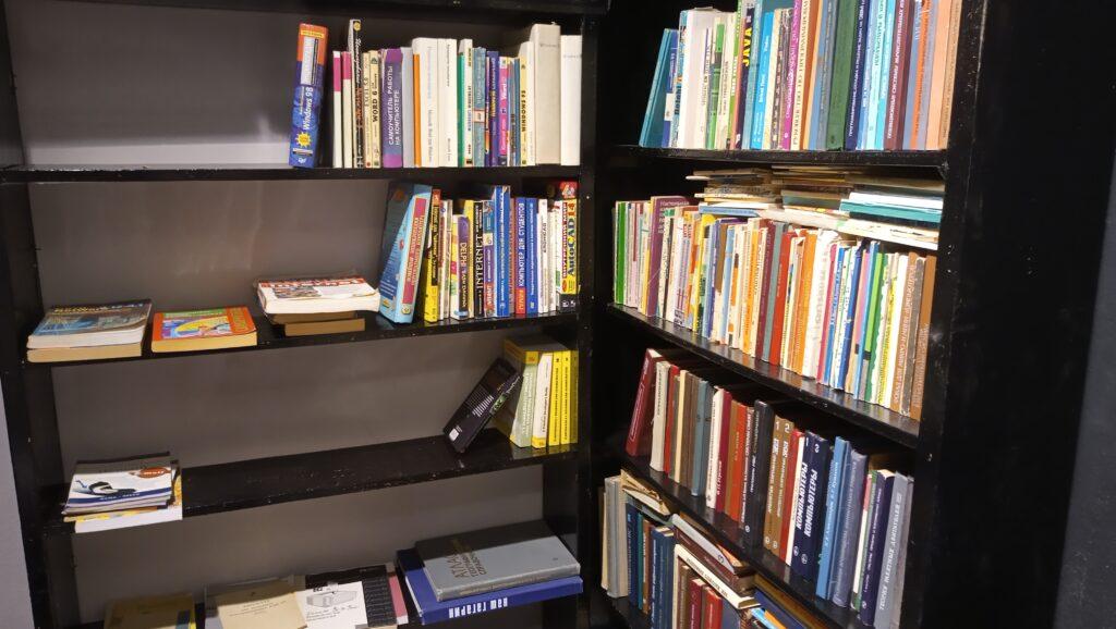 Шкафы в технической библиотеке Антимузея компьютеров