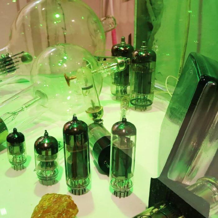 Выставка разных ламп в музее компьютеров