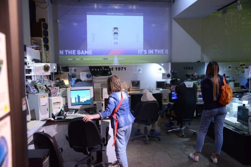Большие экраны в музее компьютеров