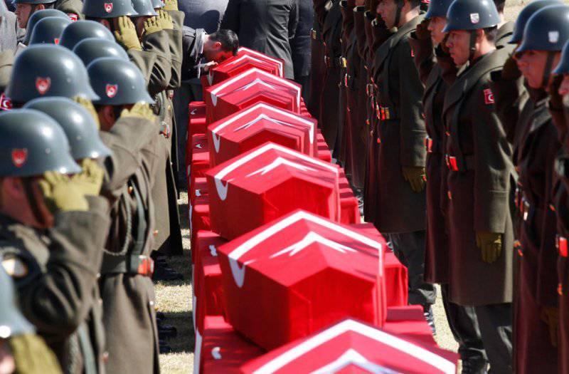 На фото прощание с военными Турции, погибшими в 2012 году в результате падения вертолёта.